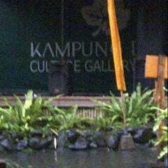 Photo taken at Kampung Daun Culture Gallery & Cafe by Chachaa S. on 11/3/2013