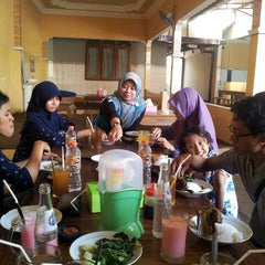 Photo taken at Bebek Goreng Haji Slamet by Budy S. on 9/6/2014
