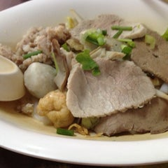 Photo taken at แซว ก๋วยเตี๋ยวหมู (Saew Noodle Shop) by Jiab S. on 10/28/2012