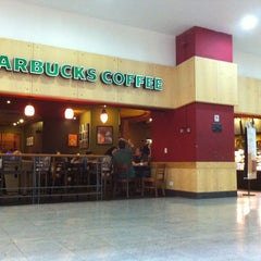 Photo taken at Starbucks by Alisson Raphael É. on 3/25/2013
