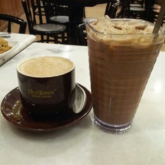 Photo taken at OldTown White Coffee by joycee J. on 8/7/2014
