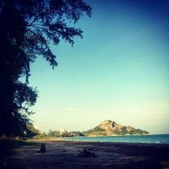 Photo taken at ชายหาดสวนสนประดิพัทธ์ (Suan Son Pradipat Beach) by Maaiiza on 12/9/2012