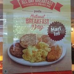 Photo taken at McDonald's by Nofrida R. on 3/9/2015