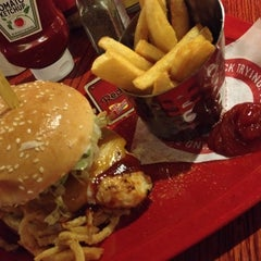 Photo taken at Red Robin Gourmet Burgers by Watty W. on 9/29/2013