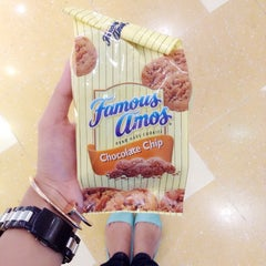 Photo taken at Famous Amos by Constance D. on 11/15/2014