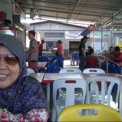 Photo taken at (Restoran Rafi) Murtabak Tomok Kg. Melayu by Idham A. on 6/2/2013