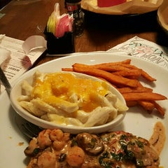 Photo taken at TGI Fridays by Stylenu B. on 3/24/2016