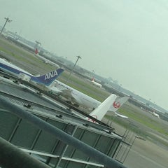 Photo taken at 国際線 JAL サクララウンジ (JAL Sakura Lounge - International Terminal) by Hirata M. on 7/27/2013