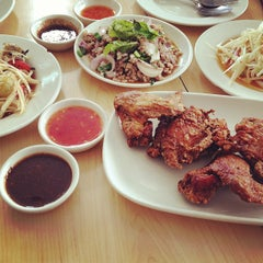Photo taken at Katak Kitchen (ไก่ทอด ส้มตำ) by Somyot K. on 5/16/2013