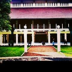 Photo taken at Masjid Ukhuwah Islamiyah (Mesjid UI) by Hendronovianrie A. on 1/3/2013
