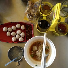 Photo taken at ก๋วยเตี๋ยวยักษ์ใหญ่ (Yakyai Noodle) by Touchaporn R. on 7/11/2014