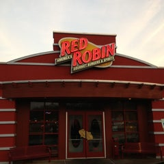 Photo taken at Red Robin Gourmet Burgers by Andrew P. on 10/19/2012