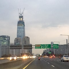 Photo taken at 잠실대교 (Jamsil Bridge) by Jean P. on 11/21/2014