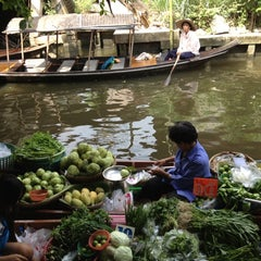 Photo taken at ตลาดน้ำคลองลัดมะยม (Klong Lat Mayom Floating Market) by Kingkee H. on 10/7/2012