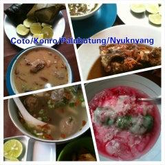 Photo taken at Coto Makassar Asuhan Ancu' Daeng Liwang by BangGowes™ on 5/29/2014
