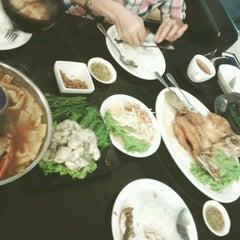 Photo taken at เกียง้วนภัตตาคาร มหาชัยซีฟู๊ด (Kia Nguan Restaurant Mahachai Seafood) by Mangoess on 2/15/2015