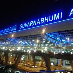 Photo taken at Suvarnabhumi Airport (BKK) ท่าอากาศยานสุวรรณภูมิ by Dew T. on 1/14/2013