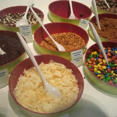 Photo taken at Moochie Frozen Yogurt by Katrien L. on 7/8/2013