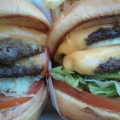 Photo taken at In-N-Out Burger by Diana P. on 6/19/2012