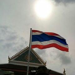 Photo taken at วัดปรมัยยิกาวาสวรวิหาร (Wat Poramaiyikawas Worawihan) by Yodsawat A. on 7/18/2015