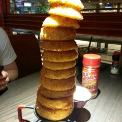 Photo taken at Red Robin Gourmet Burgers by Shaun A. on 1/30/2013