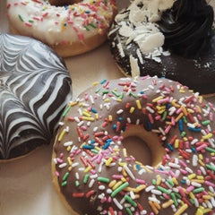 Photo taken at Mad Over Donuts by Saylee P. on 6/28/2015