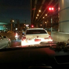 Photo taken at แยกศรีอุดม (Si Udom Intersection) by Apple on 1/5/2013