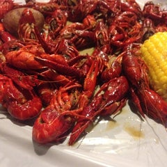 Photo taken at Hot 'n' Juicy Crawfish by Michael on 10/6/2013