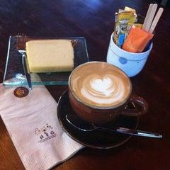 Photo taken at Wawee Coffee (กาแฟวาวี) by Redha A. on 9/30/2014