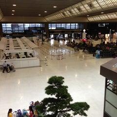 Photo taken at 成田国際空港 第2ターミナル (Narita International Airport - Terminal 2) by niena on 4/16/2013