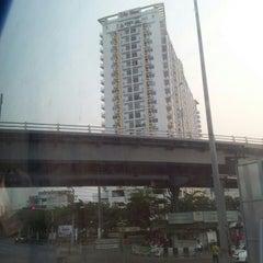Photo taken at แยกท่าพระ (Tha Phra Intersection) by 🌳💮💫PowDer P. on 2/4/2013