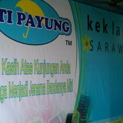 Photo taken at Kek Lapis Sarawak - Siti Payung by Sanlor H. on 2/6/2013