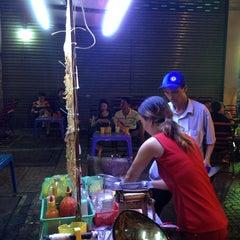 Photo taken at Khu Ăn Uống Lề Đường Số 1 by Vixu on 11/19/2014