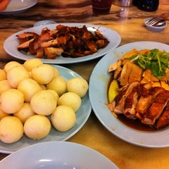 Photo taken at Famosa Chicken Rice Ball (古城鸡饭粒) by Madelaine on 11/3/2012