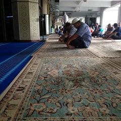 Photo taken at Masjid Saidina Umar Al-Khattab by Azmil on 5/24/2013
