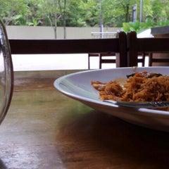 Photo taken at Restoran Warisan Bonda Tropika by Icak M. on 10/8/2012