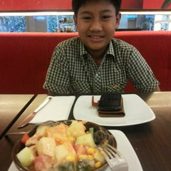 Photo taken at Pizza Hut by Muhammad Rendy G. on 3/13/2014