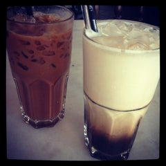 Photo taken at Elephant Bean Cafe by Qiu W. on 11/10/2012