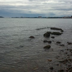 Photo taken at Pantai Saujana (Pantai Batu Empat) by Mafiz M. on 12/25/2012