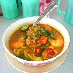 Photo taken at Warung Mee Udang Banjir by Den Z. on 10/25/2012