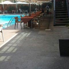 Photo taken at La piscine de l'Hotel Memling by Alain Taty B. on 3/1/2014