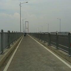 Photo taken at Jembatan Suramadu (Suramadu Bridge) by SlameTux on 4/9/2013