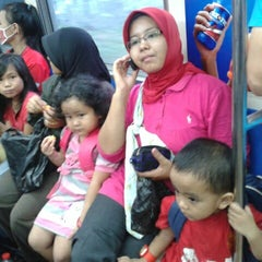 Photo taken at Commuter Line Tanah Abang-Serpong @Jalur 6 by Dedi N. on 5/26/2013