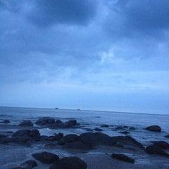 Photo taken at ชายหาดหัวหิน (Hua Hin Beach) by อินู๋แนน on 10/6/2012