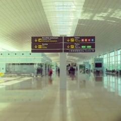 Photo taken at Aeroport de Barcelona-El Prat (BCN) by Lipe F. on 11/20/2013