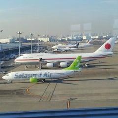 Photo taken at エアポートラウンジ - 羽田空港 第1旅客ターミナル 南 by noboru N. on 1/24/2013