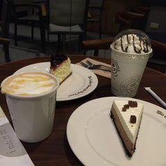Photo taken at The Coffee Bean & Tea Leaf by Vivian A. on 7/7/2015