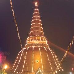 Photo taken at วัดพระปฐมเจดีย์ฯ (Wat Phra Pathom Chedi) by Nisri B. on 11/23/2012