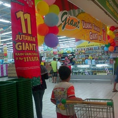 Photo taken at Giant Hypermarket by Mulyadi W. on 9/15/2013