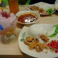Photo taken at Pecel Lele Lela by Septianisyah P. on 12/31/2012